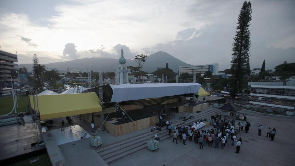 El Salvador, allestimenti per la beatificazione di monsignor Romero