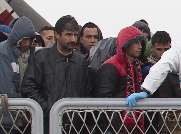 Andelmajid Touil (al centro con la felpa) il giorno del suo arrivo in Sicilia