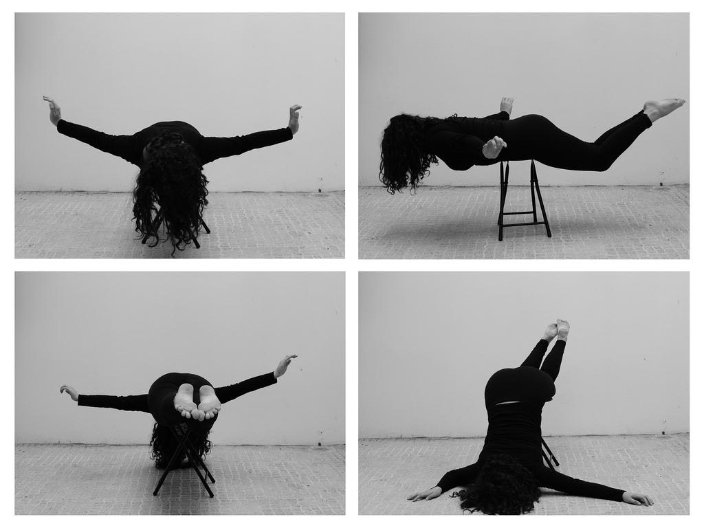Un re-enacting della performance di Helena Almeida