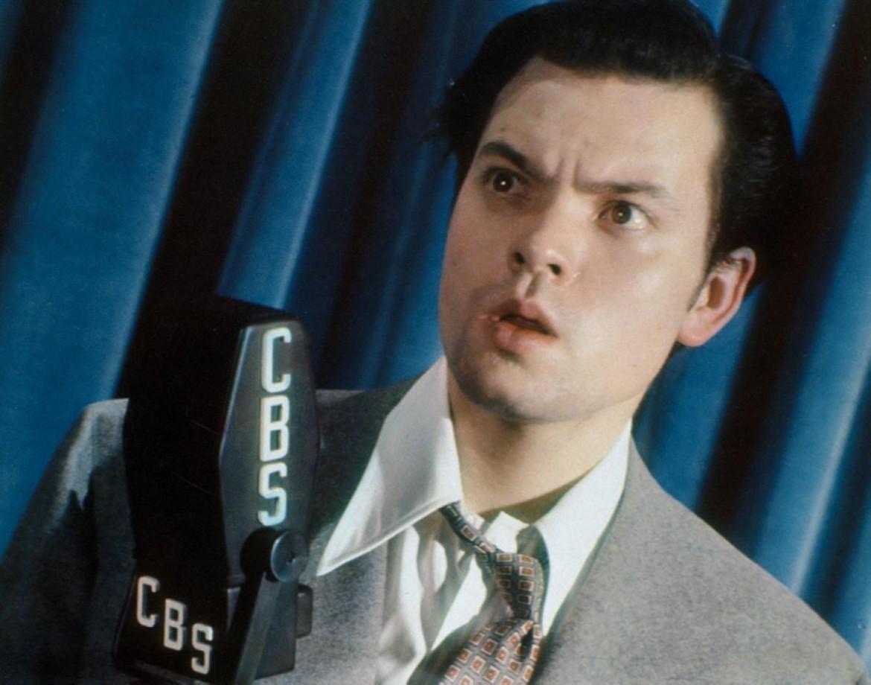 Orson Welles, 23 anni, terrorizza la nazione americana con lo spettacolo radiofonico Cbs «La guerra dei mondi», tratto dal racconto di H.G. Wells