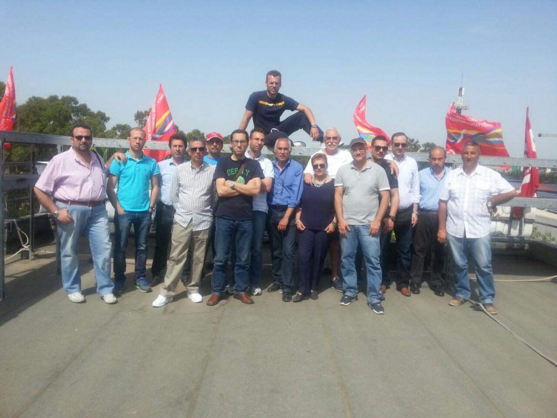 I lavoratori della Myrmex sul tetto del loro laboratorio nella zona industriale di Catania