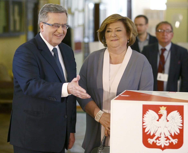 Komorowski e la moglie al seggio