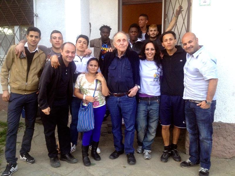 Il professor Gerard Lutte con i ragazzi e le ragazze di strada