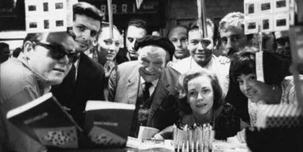 Il gruppo 63 con Ungaretti al centro, Elio Pagliarani, Furio Colombo, Antonio Porta, Fausto Curi, Carla Vasio, Nanni Balestrini, Enrico Filippini, Inge Feltrinelli
