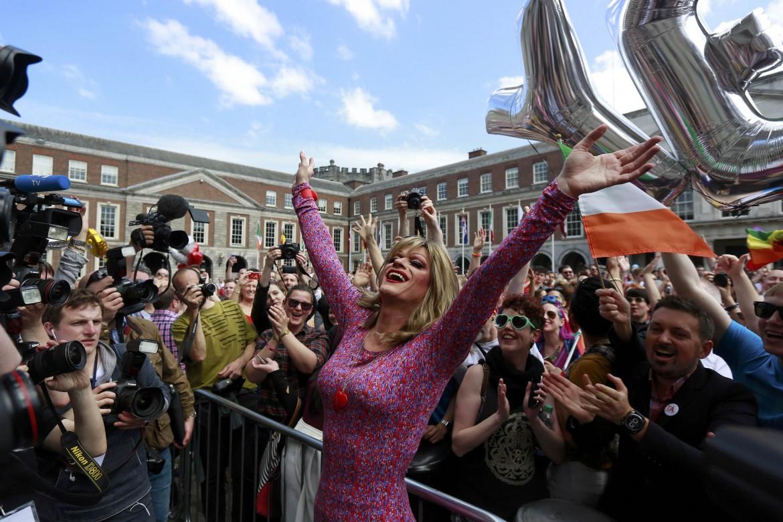 Festeggiamenti a Dublino per la vittoria dei sì