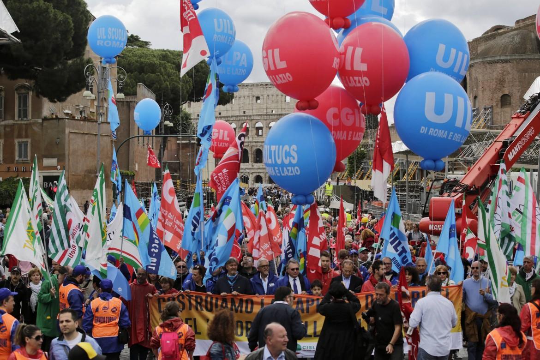 La manifestazione dei sindacati contro il sindaco Marino