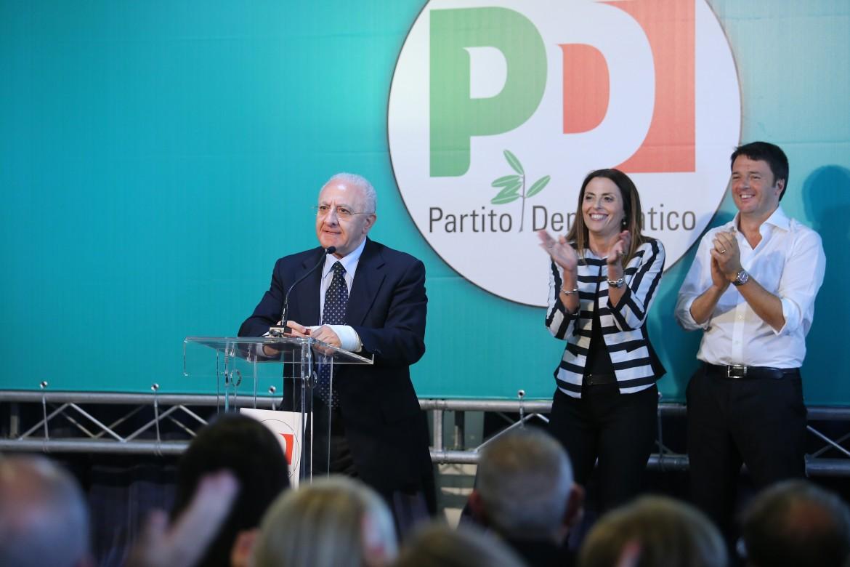 De Luca in comizio con Renzi alle sue spalle a Salerno