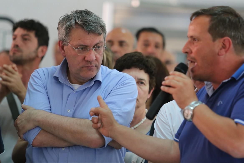 Maurizio Landini in assemblea in una fabbrica