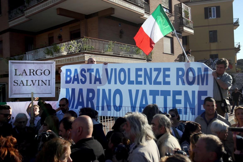 Roma, la manifestazione anti Rom indetta da Lega e Fratelli d'Italia a Battistini, sul luogo dell'incidente