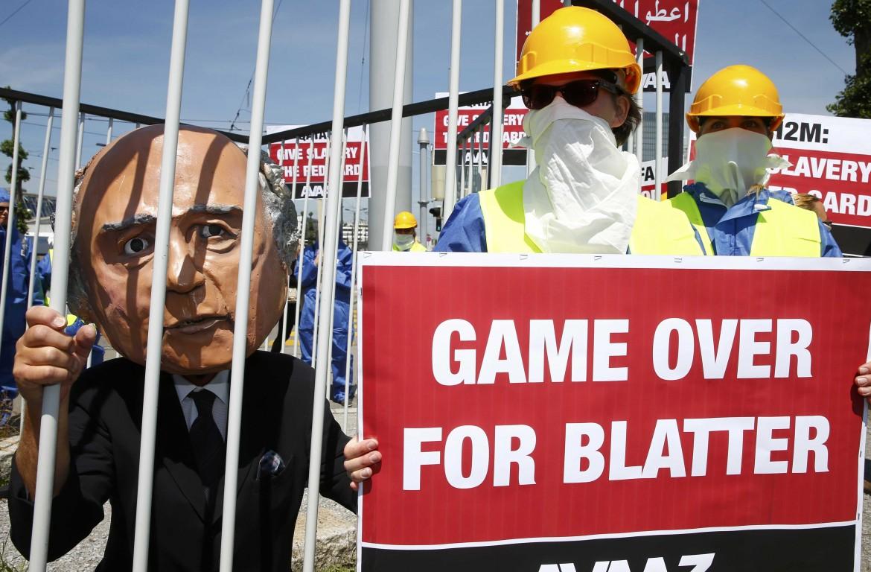 La protesta contro Blatter all'apertura del Congresso Fifa a Zurigo
