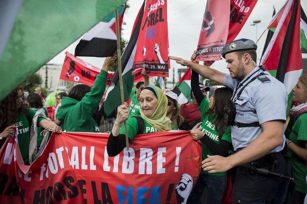 I palestinesi in protesta a Zurigo fuori al congresso della Fifa