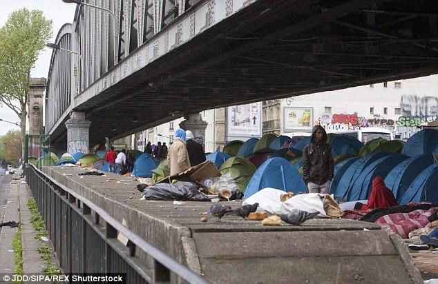 Immigrati rifugiati sotto ai ponti a Parigi