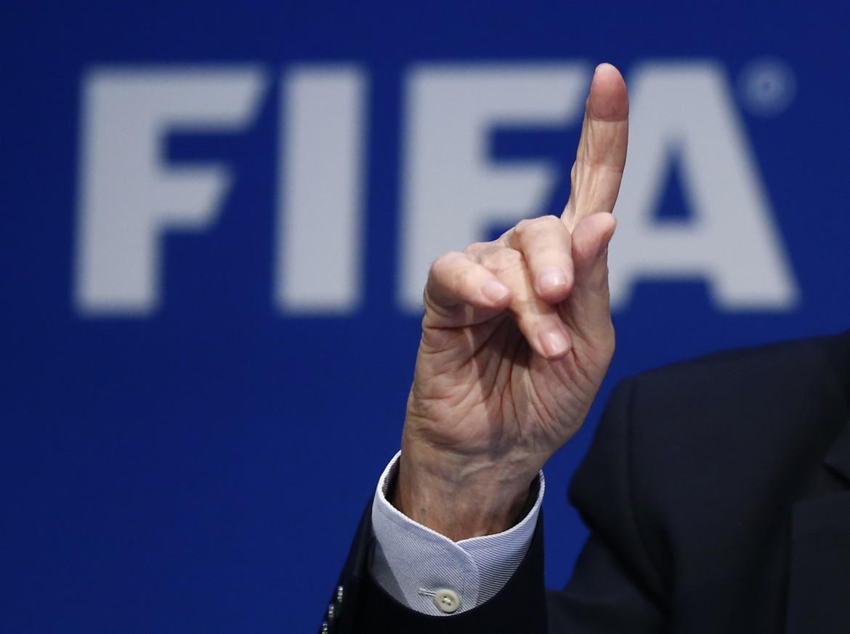 Il dito di Sepp Blatter durante il congresso della Fifa che lo ha rieletto presidente per la quinta volta