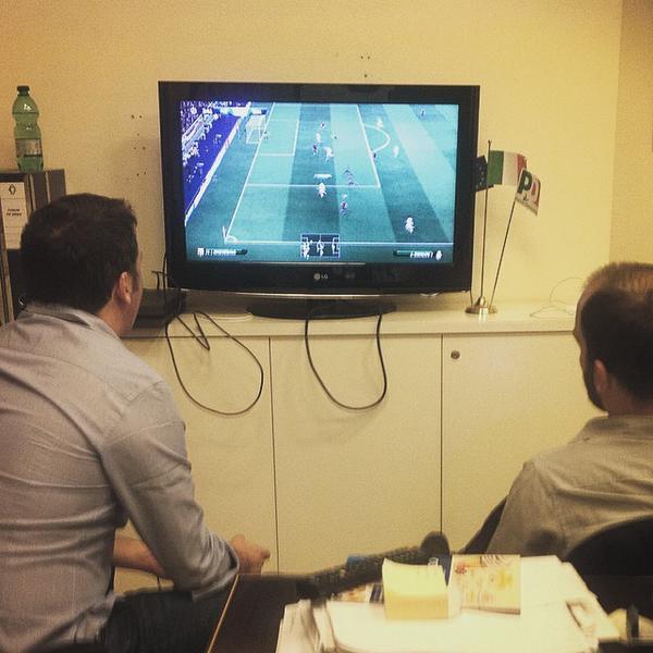 Matteo Renzi e Matteo Orfini giocano alla playstation nella notte dello spoglio delle regionali