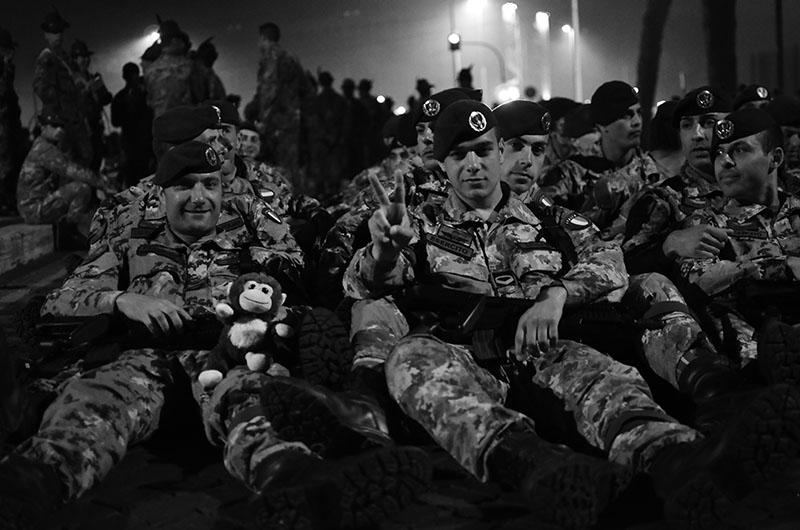 Militari della Folgore in riposo durante le prove