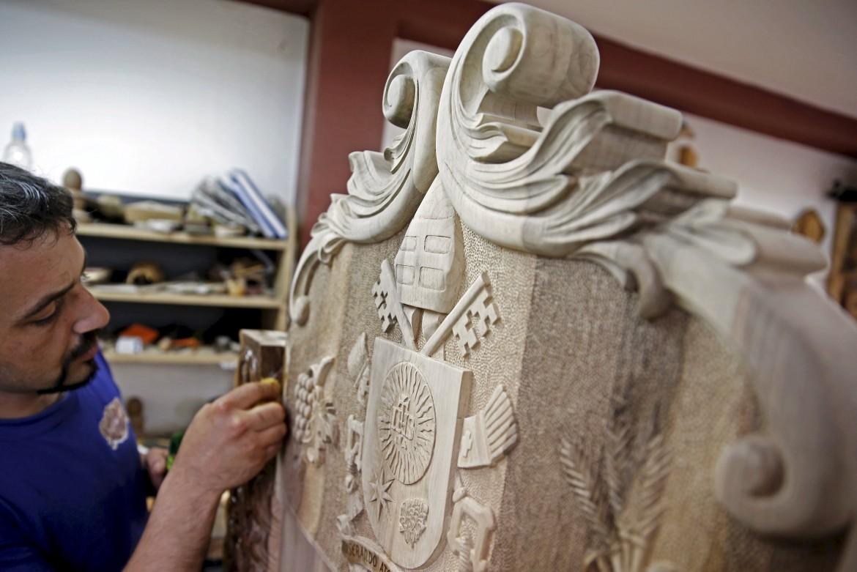Ultimi ritocchi  alla sedia che attende il pONTEFICE  a Sarajevo. L'ha scolpita nel legno l'artista Edin Hajderovac