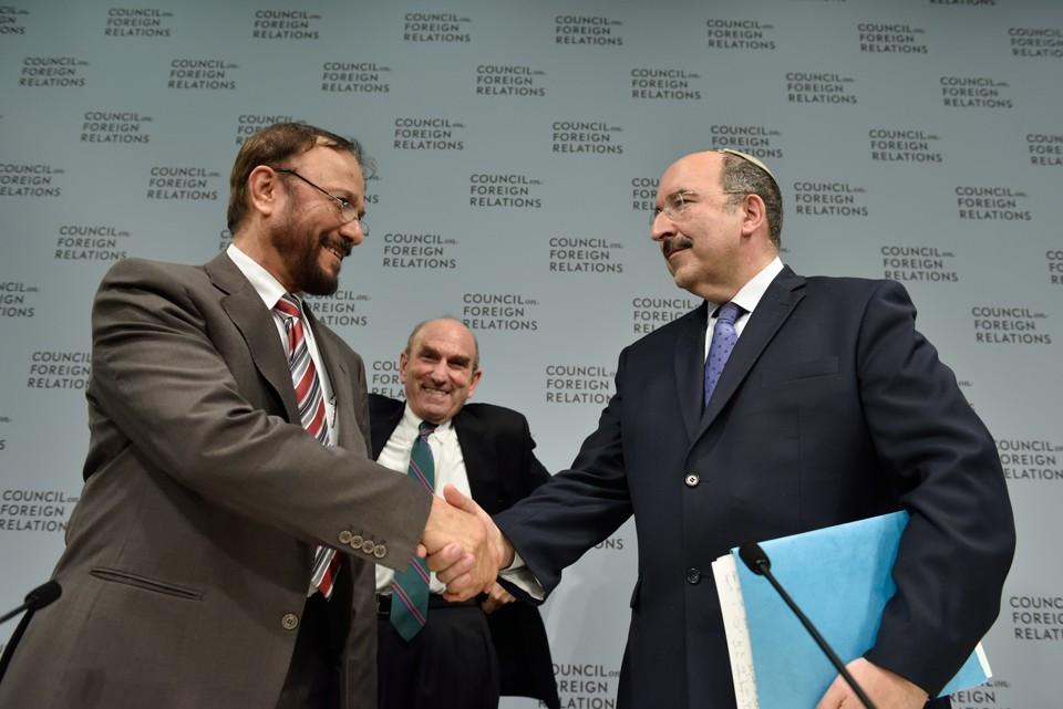Il generale saudita Anwar Majed Eshki e il direttore del ministero degli esteri israeliano Dore Gold