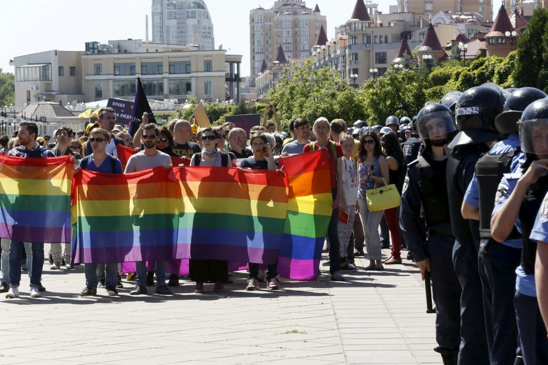 Attivisti al gay pride di Kiev