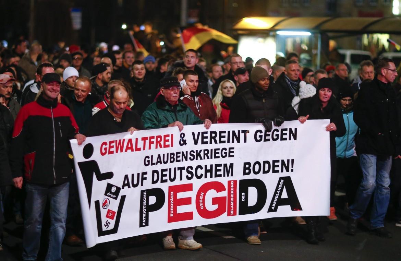 Dresda, una manifestazione di Pegida, il movimento degli