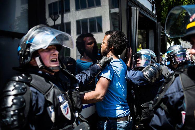 La polizia sgombera i campi profughi a Parigi