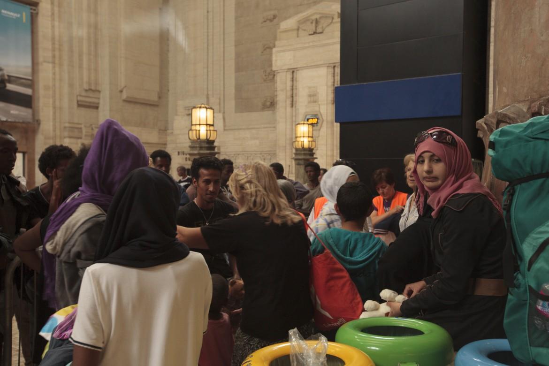 Profughi siriani  ed eritrei  alla Stazione centrale di Milano