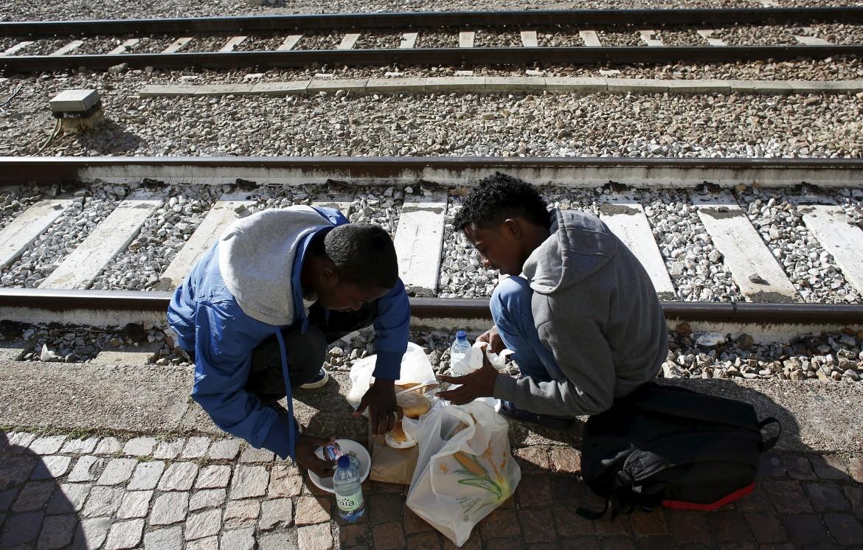 Immigrati al confine con l'Austria