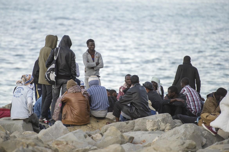 Ventimiglia, migranti sullo scoglio