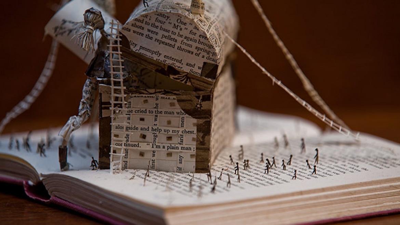 Una scultura di libri a Edimburgo