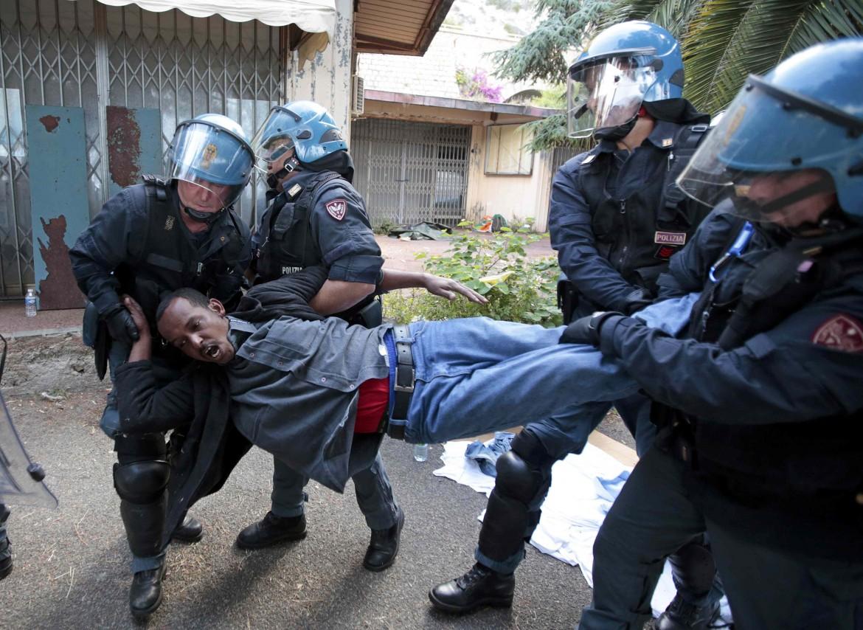 Il blitz della polizia a Ventimiglia
