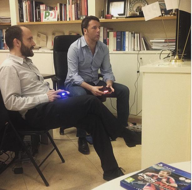 Matteo Renzi e Matteo Orfini giocano alla playstation nella notte dello lo spoglio delle regionali