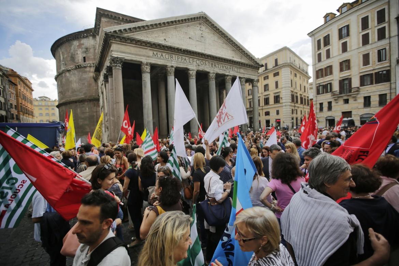 Manifestazione della scuola ieri al Pantheon a Roma