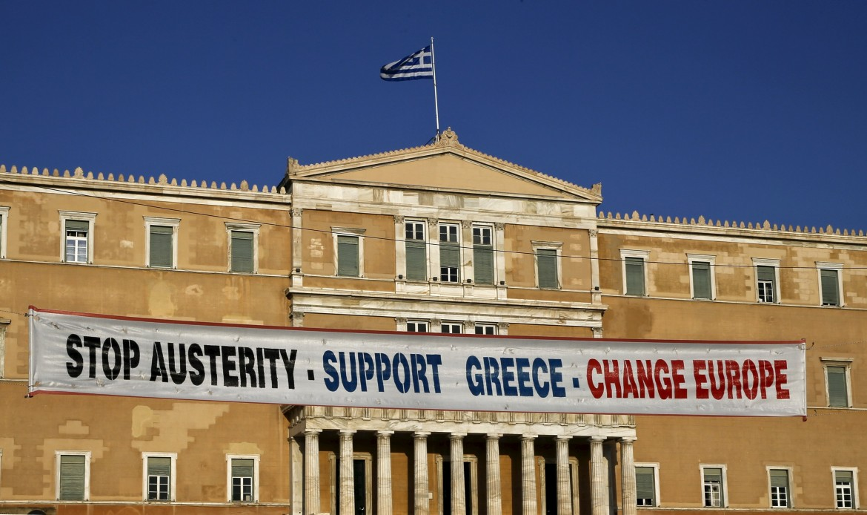 Il mega striscione anti austerity appeso al parlamento greco