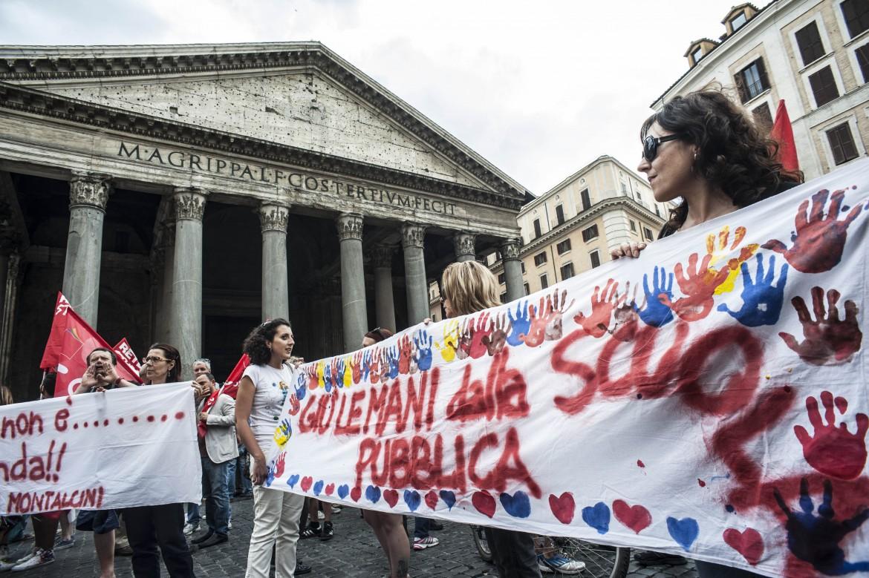 Protesta No Ddl Scuola al Pantheon a Roma