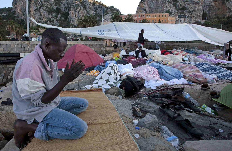Migranti in preghiera a Ventimiglia
