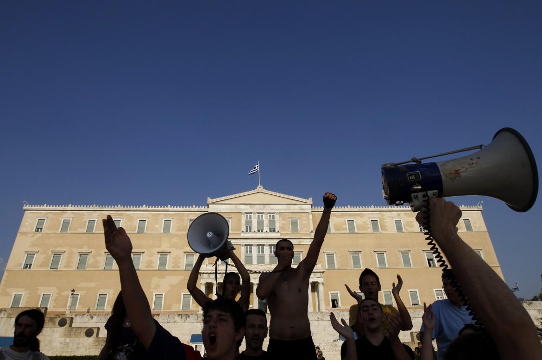 Protesta anti austerity davanti al parlamento di Atene