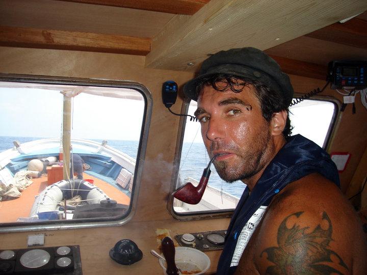 Vittorio Arrigoni a Gaza sulla barca di un pescatore