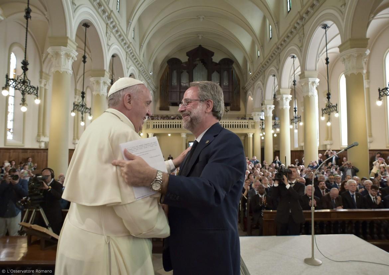 L'abbraccio tra papa Bergoglio e il moderatore della Tavola valdese Eugenio Bernardini ieri nel tempio valdese di corso Vittorio Emanuele II a Torino