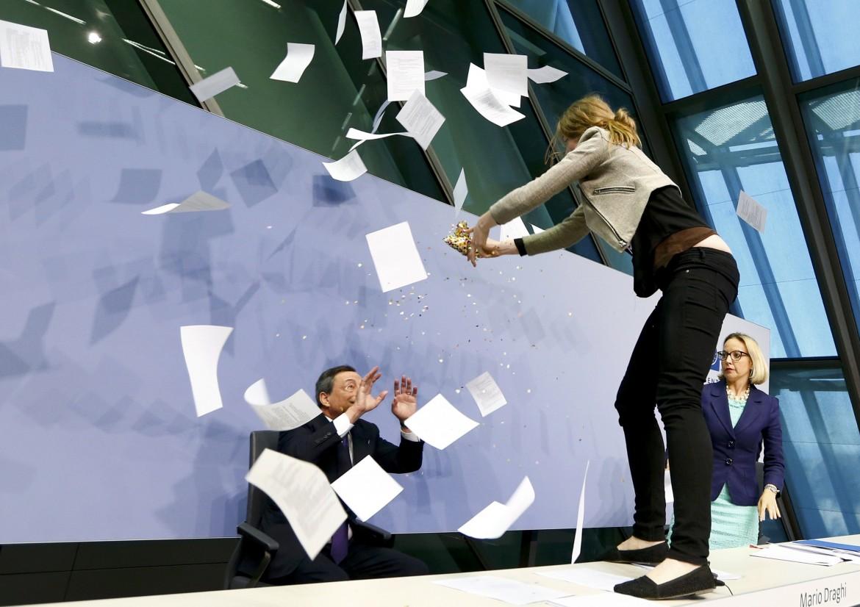 Francoforte 2015, contestazione a Mario Draghi, allora presidente della Banca Centrale Europea