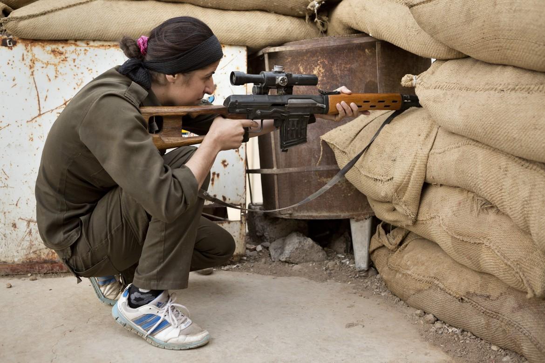 Una combattente Ypj a Kobane