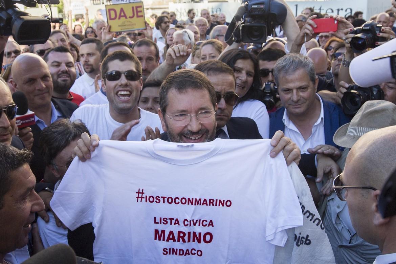 Roma, piazza del Campidoglio. I sostenitori di Marino ieri al flash mob in sua difesa