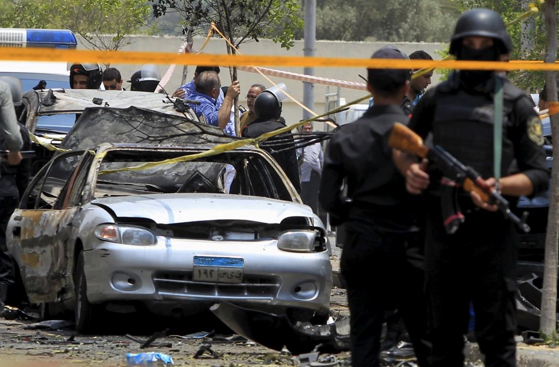 Egitto, l' attentato dinamitardo ad Heliopolis nel quale è rimasto ucciso Hisham Barakat, il temibile procuratore generale del Cairo