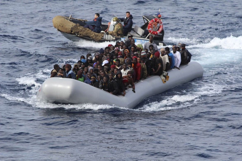 Un gommone strapieno di migranti