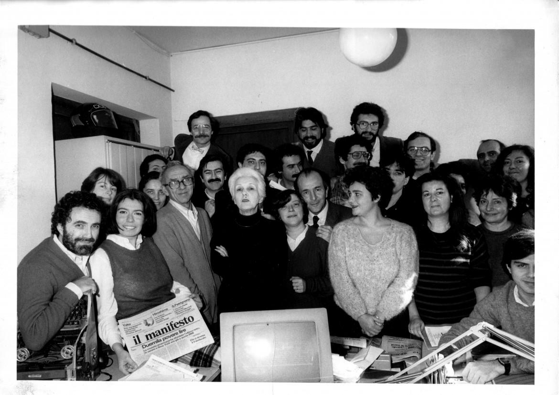 La redazione del manifesto il 12 febbraio 1985, Giuseppina è la seconda da destra, in prima fila