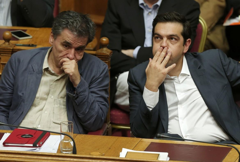 Il ministro Tsakalotos e Alexis Tsipras la notte del voto in parlamento sull'accordo con i creditori