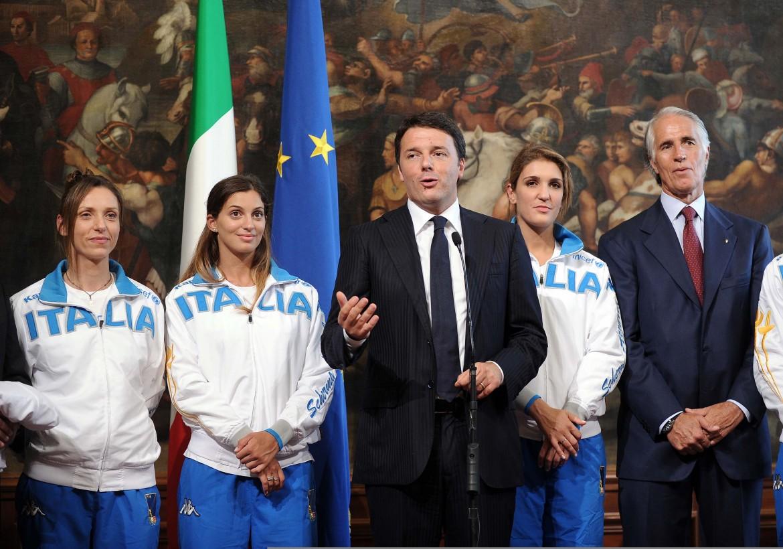 Renzi incontra a Palazzo Chigi gli atleti medagliati della scherma. Nella foto Valentina Vezzali, Rossella Fiamingo, Matteo Renzi, Arianna Arrigo, Giovanni Malagò