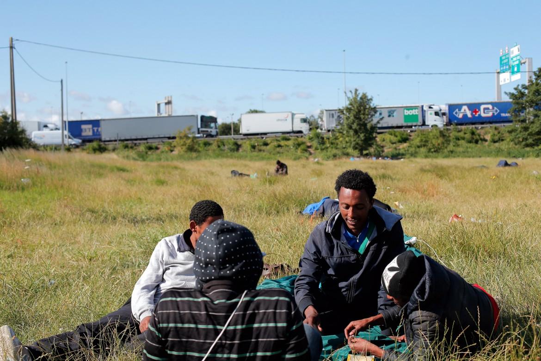 Migranti in attesa a Calais, alle porte dell'eurotunnel