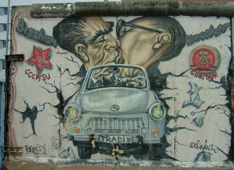 Una rivisitazione del celebre graffito con il bacio fra Breznev e Honecker