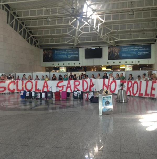 La protesta dei docenti all'aeroporto Elmas di Cagliari