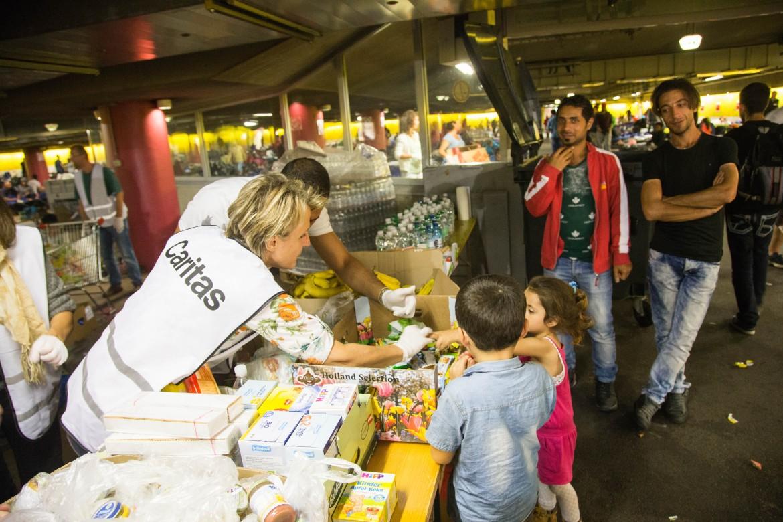 Solidarietà con i migranti di fronte alla stazione di Vienna