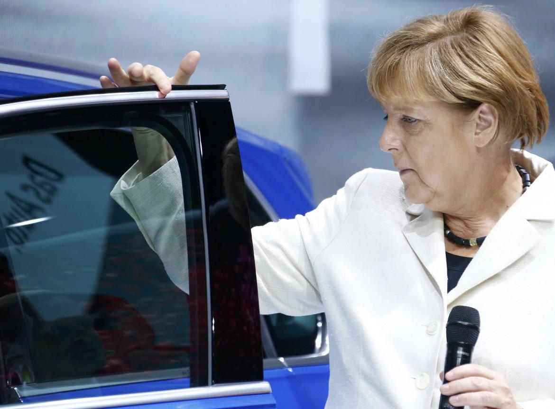 Merkel durante una visita in una fabbrica Volkswagen